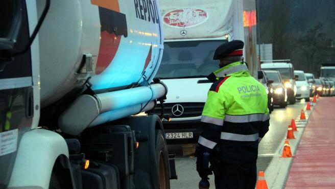 Controles de Mossos d'Esquadra para acceder a Ripoll, este miércoles por la mañana.