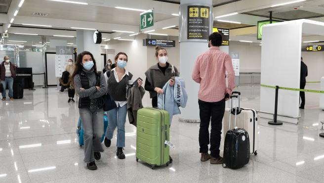 Turistas con mascarilla