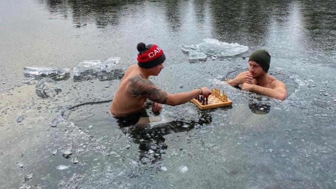 En esta inusual partida de ajedrez los jugadores necesitan calentar mucho tiempo antes. Un plan diferente en Canadá no apto para cualquiera. Los dos hombres deciden sumergirse en las aguas heladas de un lago y disputar una partida sin importar las bajas temperaturas.