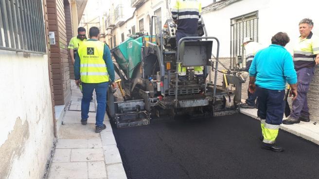 Ayuntamiento de Jaén asfalta la calle Agustina de Aragón para solucionar problemas de calado de la vía