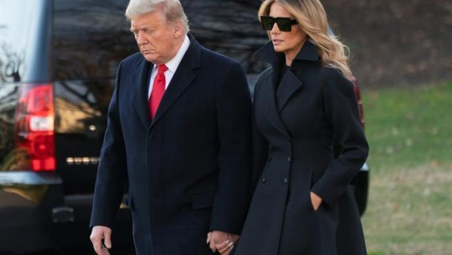 El presidente de EE UU, Donald Trump, y su esposa, Melania Trump, salen de la Casa Blanca para pasar la Navidad en Mar-a-Lago, su residencia en Palm Beach, Florida.