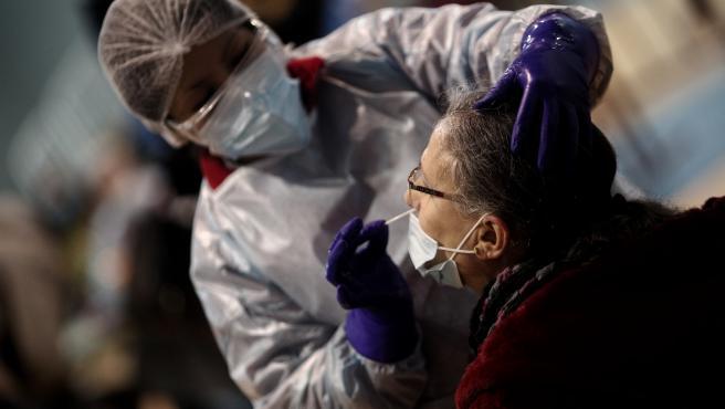 Un sanitario realiza test de antígenos de detección del covid.
