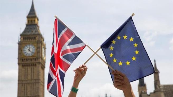 Banderas de la UE y Reino Unido, en Londres.