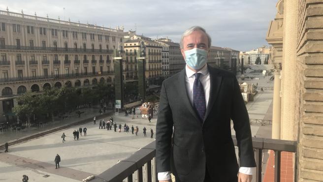 El alcalde de Zargoza, Jorge Azcón, en el balcón del Ayuntamiento