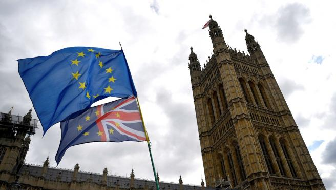 Banderas de la UE y el Reino Unido ondean junto al Parlamento británico.