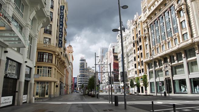 Gran Vía completamente vacía tras declararse el estado de alarma en España.