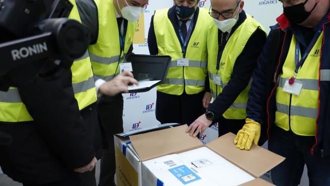 Técnicos de la Agencia Española del Medicamento y Productos Sanitarios (AEMPS) han firmado la recepción de esta primera entrega de la vacuna de Pfizer.