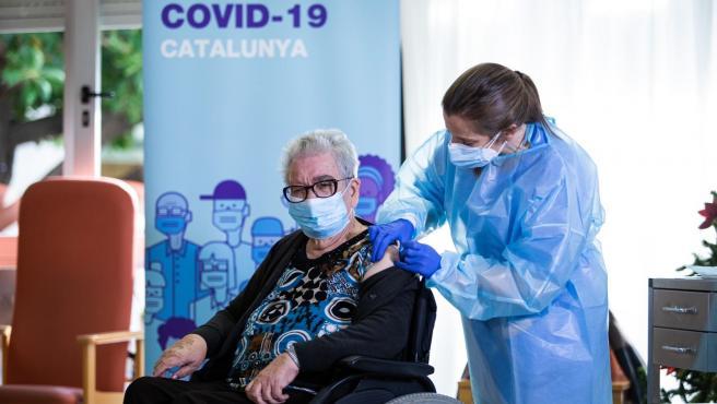 Josefa Pérez, de 89 años, es la primera vacunada contra el coronavirus en Catalunya.