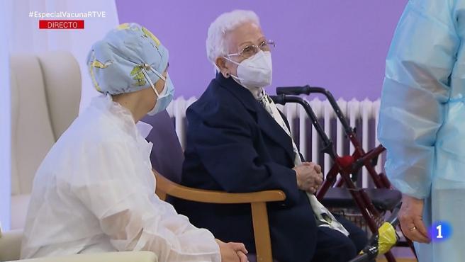 Mónica y Araceli, trabajadora y residente del centro de mayores Los Olmos, las primeras vacunadas en España contra el coronavirus.
