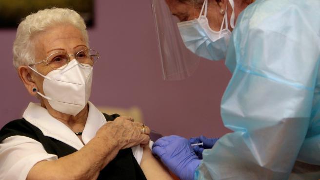 La petición de la enfermera que ha puesto la primera vacuna en España