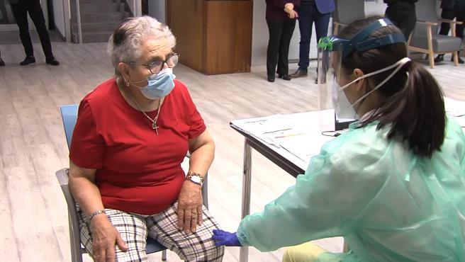 Una santiaguesa de 82 años, primera en recibir la vacuna en Galicia