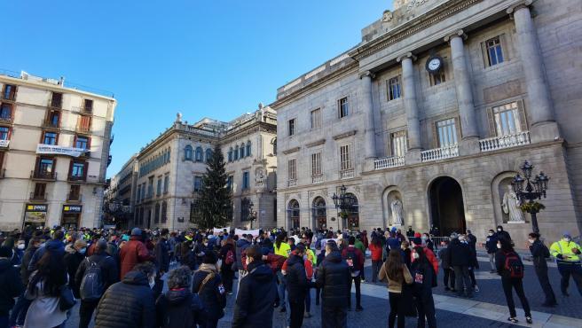 Trabajadores del Metro y del Bus durante la concentración de este lunes en plaza Sant Jaume (Barcelona).