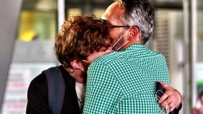 Una pareja se abraza con emoción en el aeropuerto de Barajas. Llevaban separados por la pandemia unos meses.