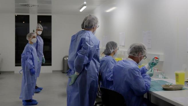 Personal médico prepara dosis de vacunas contra el coronavirus en Berlín, Alemania.