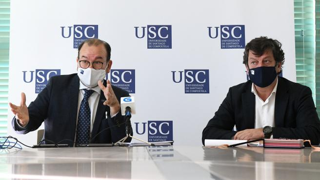 El rector de la USC, Antonio López, y el gerente y responsable de covid-19, Javier Ferreira, en rueda de prensa este martes para hacer balance del inicio del curso en la universidad compostelana