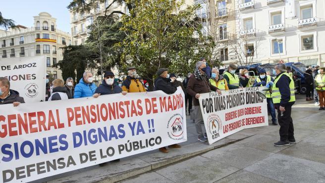 La plataforma de pensionistas indignados de Madrid se concentran frente al Congreso de los Diputados