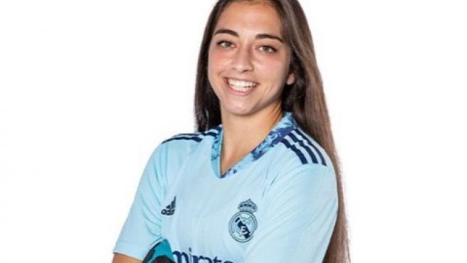 Sara Ezquerro posa con la camiseta del Real Madrid.