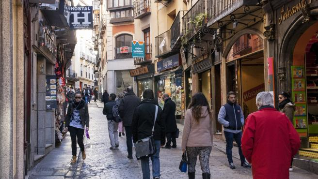 Personas caminando por la Calle Ancha de Toledo