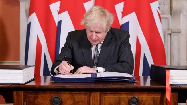 El primer ministro británico, Boris Johnson, firma el acuerdo comercial alcanzado con la Unión Europea para después del 'brexit'.