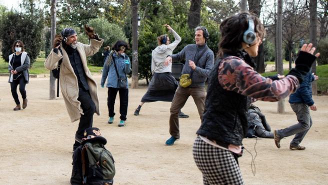Un grupo de personas baila en silencio en el Parc de la Ciutadella.