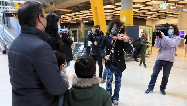 Ara Malikian toca en el aeropuerto Madrid-Barajas Adolfo Suárez.