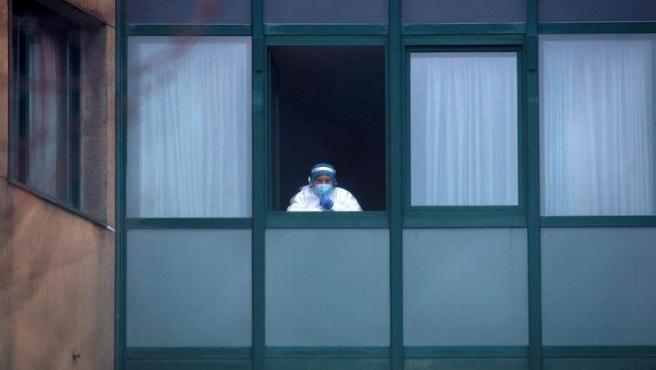 Una trabajadora sanitaria, en la ventana de una residencia de ancianos en Ourense.