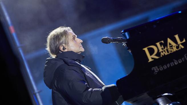 El músico Nacho Cano actúa minutos antes de las campanadas de Fin de Año, en la Puerta del Sol.