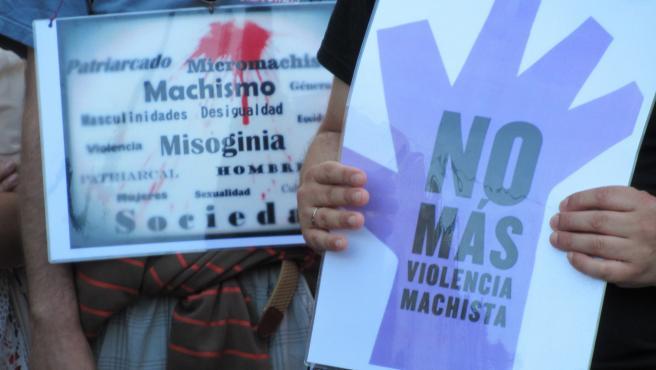 Carteles exhibidos durante una concentración contra la violencia machista (archivo)