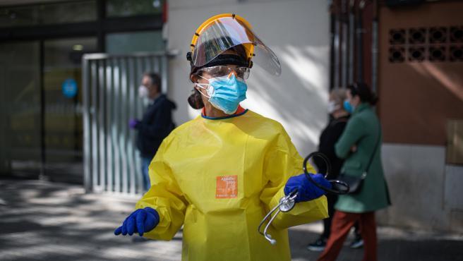 Una técnico del Sistema de Emergencias Médicas (SEM) de la Generalitat de Cataluña durante un servicio y limpieza de EPIs