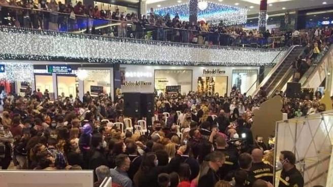 El centro comercial La Cañada abarrotado durante el acto.