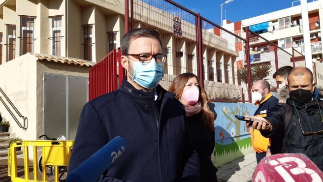 El alcalde de Palma, José Hila, junto a la consellera de Salud, Patrícia Gómez, en el inicio del cribado a los vecinos de la Zona Básica de Salud de Son Serra-La Vileta.