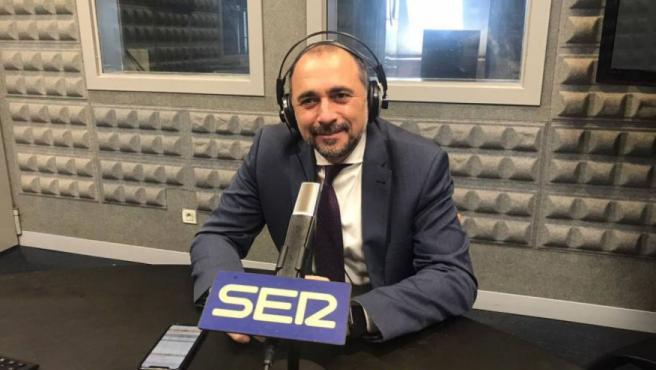 El conselleiro de Sanidade, Julio García Comesaña, en una entrevista en la Cadena Ser.