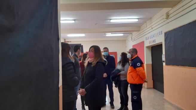 La consellera de Salud, Patricia Gómez, en su visita al CEIP Anselm Turmeda, donde este domingo ha comenzado el cribado de la Zona Básica de Salud Son Serra-La Vileta.