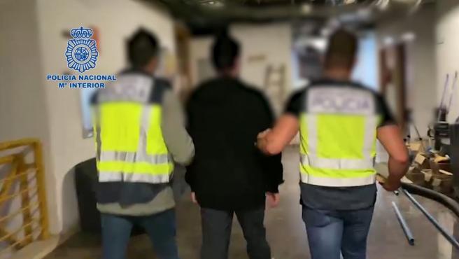 La Policía Nacional deteniendo al fugitivo.