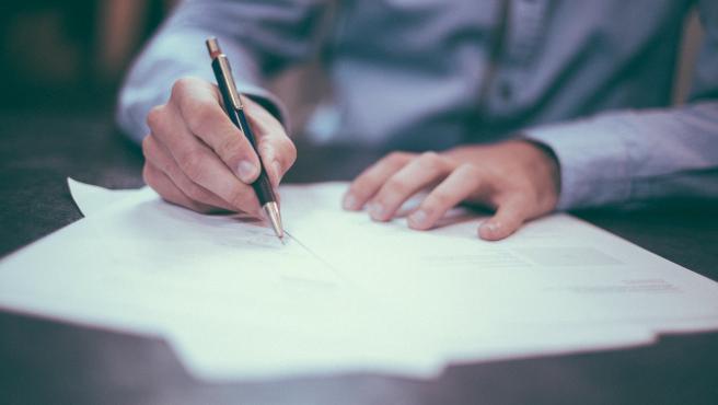 Antes de firmar deberás tener en cuenta las condiciones de la hipoteca y cómo te va a afectar con el paso de los años. Puede ser que estés aceptando algo muy perjudicial para tus intereses.