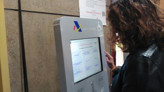 Imagen de archivo de una mujer realizando la declaración de la renta.