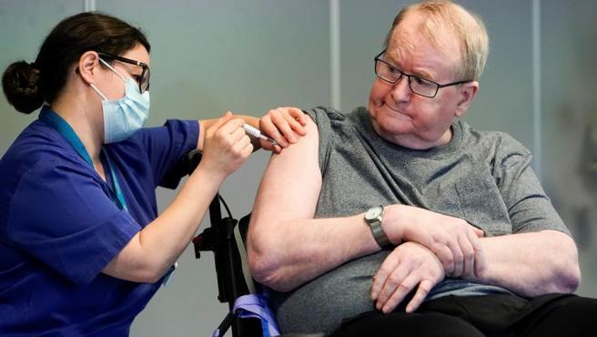 Un hombre recibe la vacuna contra la COVID-19 en Oslo, Noruega.