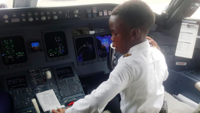 Graham Shema en sus prácticas para pilotar un avión