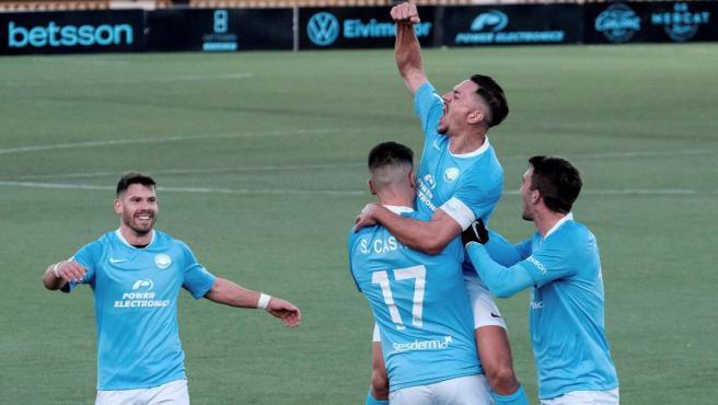 Los jugadores del Ibiza celebran un gol.