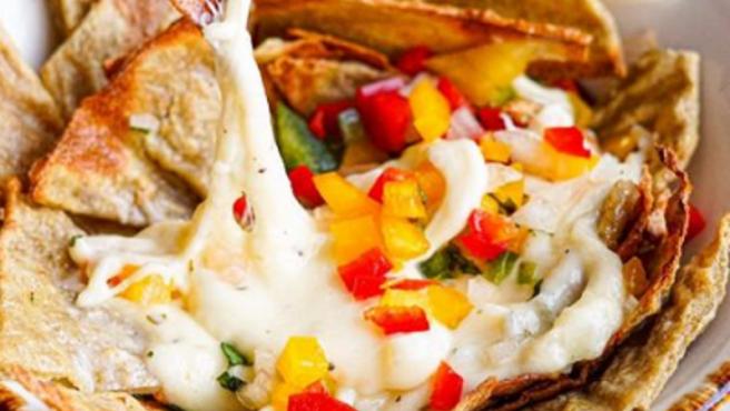 Nachos de quinoa con fondue de queso y pico de gallo del chef Roberto Bosquet.