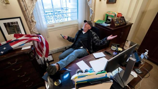 Uno de los simpatizantes de Trump es fotografiado sentado en el escritorio de la Presidenta de la Cámara de Representantes Nancy Pelosi.