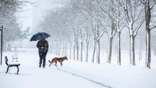 Un hombre pasea por la nieve.