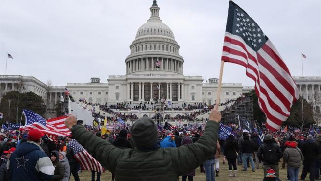 El asalto al Capitolio comenzaba en los alrededores de la cámara estadounidense.