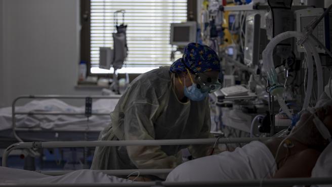 Una trabajadora de la limpieza durante su jornada laboral en la Unidad de Cuidados Intensivos (UCI) dedicada a enfermos de coronavirus del Hospital Universitario Ramón y Cajal, en Madrid (España), a 8 de octubre de 2020. Durante esta segu