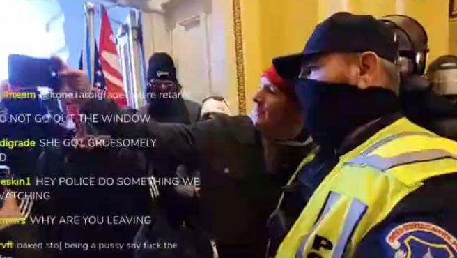 Uno de los vídeos más polémicos del asalto al Capitolio ha sido una grabación en el que aparecen varios policías encargados de custodiar el hemiciclo, haciéndose fotos y posando con los manifestantes que lo ocuparon, provocando una infinidad de reacciones de indignación.