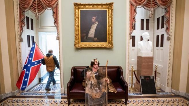 Seguidores del presidente saliente de EE UU, Donald Trump, en una sala contigua a la Cámara del Senado, tras irrumpir en el Capitolio, en Washington DC.