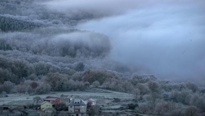 Vista del municipio orensano de Calvos de Randín, en pleno temporal Filomena, que podría traer fuertes nevadas.