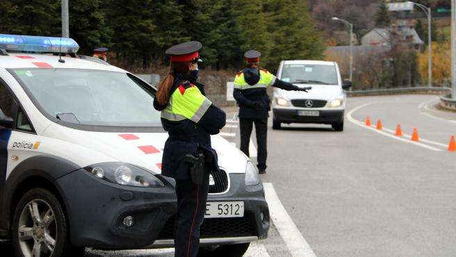 Control de movilidad de los Mossos d'Esquadra en la N-260 en Sort (Lleida).