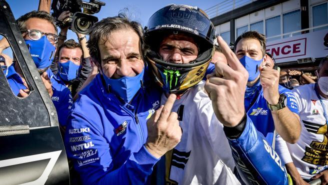 Davide Brivio y Joan Mir celebran el campeonato del español
