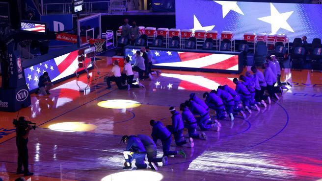 Jugadores de Golden State Warriors y Los Angeles Clippers se arrodillan ante el himno de EEUU